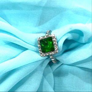 NWOT fashion simulated emerald ring